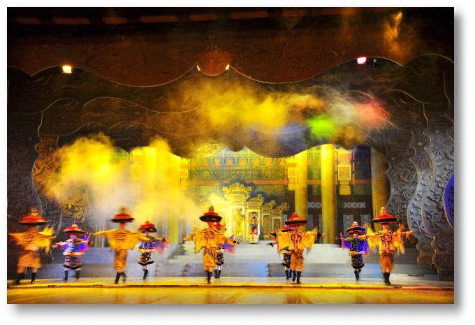 晚餐后在 圆明新园内 欣赏大型舞台剧 清朝年代歌舞剧 竟有穿著类似