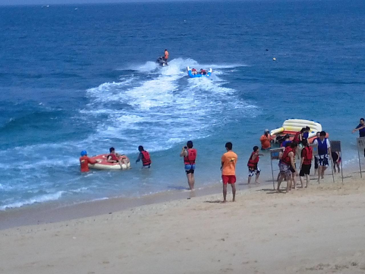然后往吉贝岛出发;在到吉贝岛之前,会先到险礁屿比基尼岛玩水上活动.